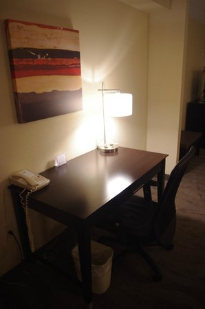 Holiday Inn Express & Suites Tupelo: Desk Area