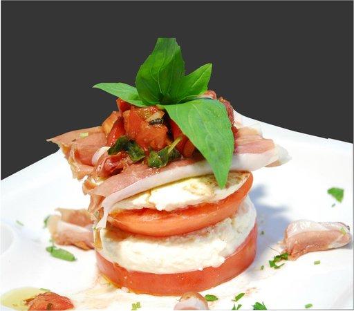 IL Ponte Vecchio Pizzeria: Caprese salad with prosciutto di parma!