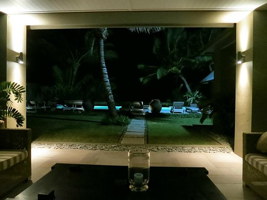 Te Vakaroa Villas: Night time view to pool
