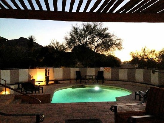 JW Marriott Scottsdale Camelback Inn Resort & Spa: Pool at dusk