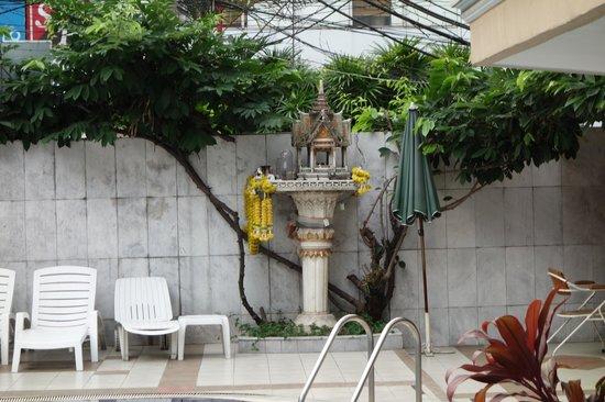 Honey Hotel : Pool-side Spirit House