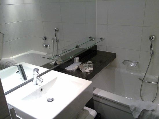 Park Plaza Riverbank London: Room 906 bathroom