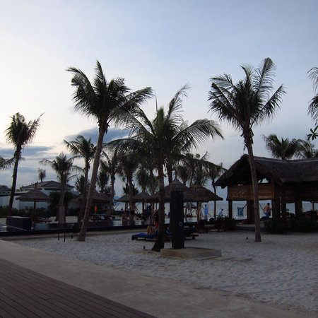 Sunrise Premium Resort Hoi An: Beach area at sunset 