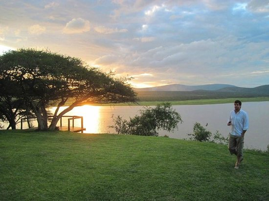 Nkwazi Lake Lodge: Sunset view over dam