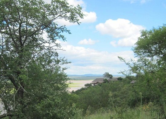 Nkwazi Lake Lodge: Lodge from access road