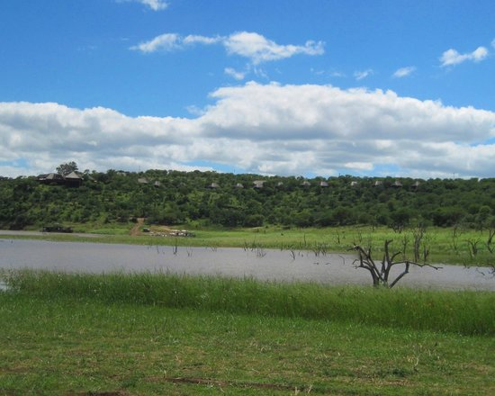 Nkwazi Lake Lodge: Lodge from Dam