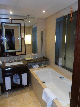 เดอะ เวสทิน ปักกิ่ง จ้าวหยาง: freundliches grosses Badezimmer mit Dusche, Badewanne und WC separat