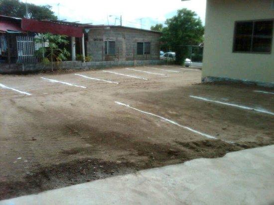 Posada Los Diablicos: estacionamientos cercados del hostal