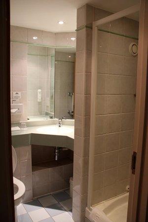 Days Hotel London- Waterloo: salle de bain, bien conçue et propre