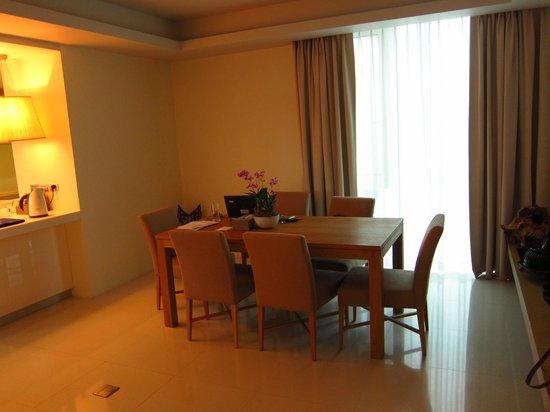 سنتارا جراند وست ساندز ريزورت آند فيلاز: Dining area of suite 