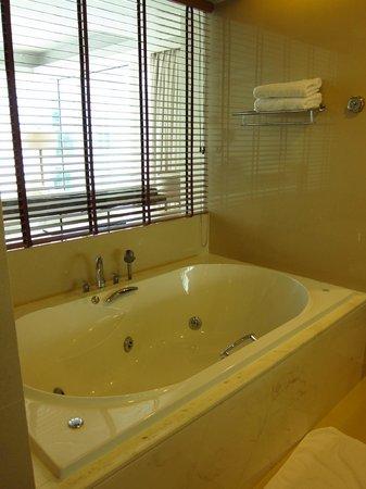 Grand West Sands Resort & Villas Phuket: Bath