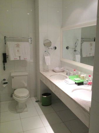 Geruisi Art Hotel: Spacious bathroom