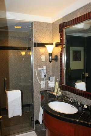 Diamond Hotel Philippines: the bathroom