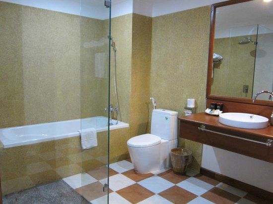 Royal Crown Hotel & Spa: Large and clean bathroom