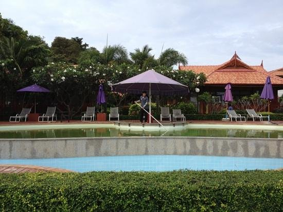 P.P. Erawan Palms Resort: pool der gerade renoviert wurde