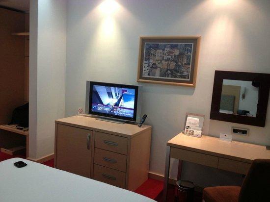 IN Hotel Belgrade: TV
