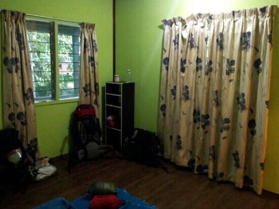 Sukau Greenview Bed & Breakfast: Blick vom Bett ins Zimmer