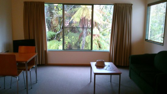Punga Grove Motel & Suites: ideal place to have breakfast and hear the birds chirp