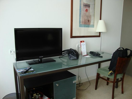 Adina Apartment Hotel Budapest: TV desk