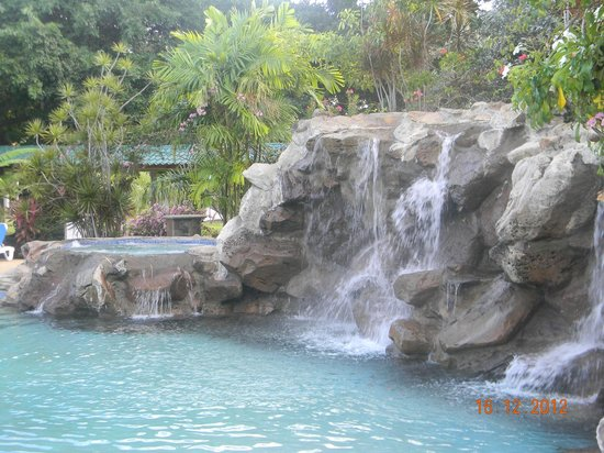 Radisson Grenada Beach Resort: Jacuzzi (left of waterfall) and one of the waterfalls at Oasis swimming pool