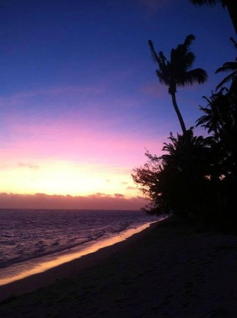 Rarotonga Beach Bungalows: Beach at sunset.... GORGEOUS