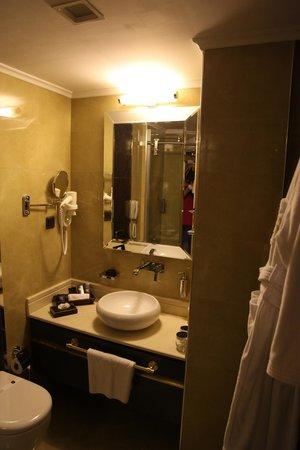 Mirilayon Hotel: Bathroom