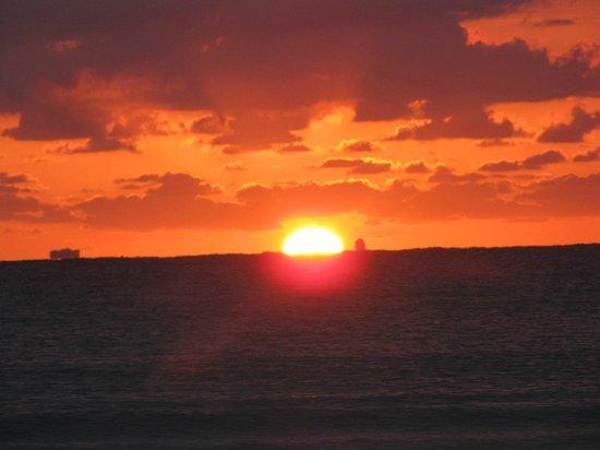 Hotel Riu Palace Riviera Maya: Sunrise at 6am on the beach