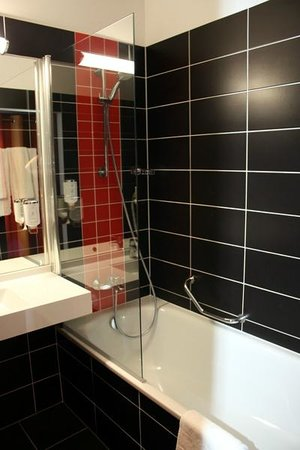 BEST WESTERN PLUS Amedia Wien: Bathtube and shower