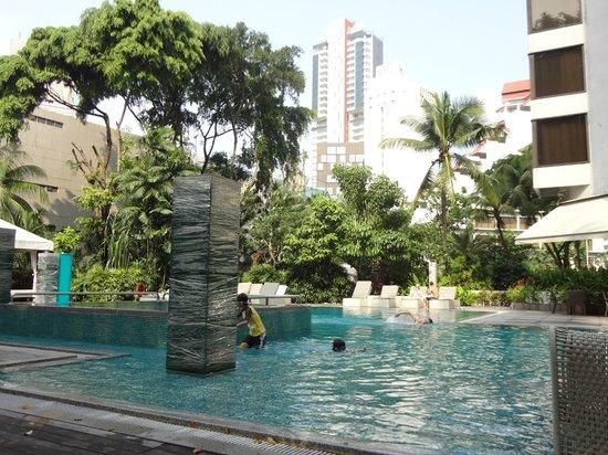 Grand Hyatt Singapore: ボーイがお水を運んできてくれます