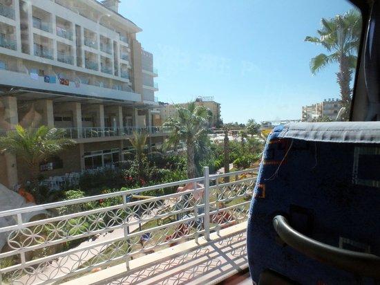 Hedef Resort & Spa Hotel: Вид на отель с автобуса