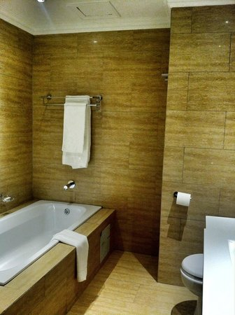 Indaba Hotel: Modern and clean bathroom