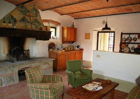 Zona soggiorno e cucina con camino - Foto di Gello, Civitella in Val ...