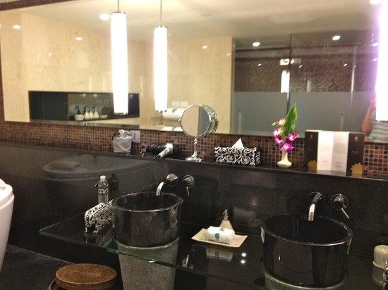 Banyan Tree Bangkok: awesome bathroom