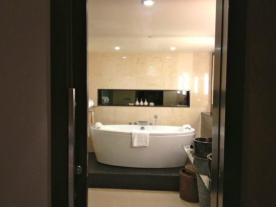 Banyan Tree Bangkok: bathroom in our suite