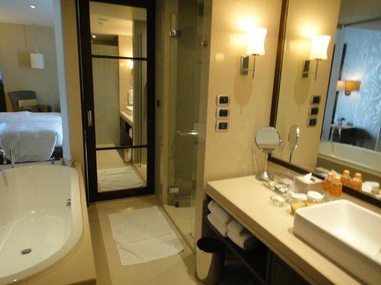 Pullman Bangkok Grande Sukhumvit: BATH ROOM