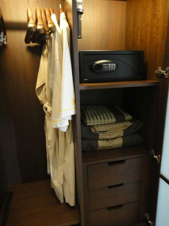 Pullman Bangkok Grande Sukhumvit: SAFETY BOX BATHROBE