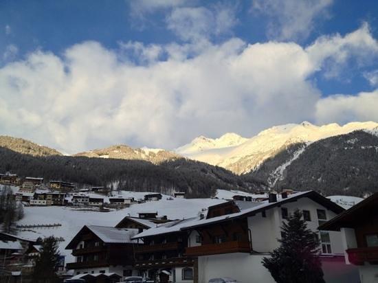 Sportpension Rubin : Blick Richtung Skigebiet & Sölden Zentrum, 5min zu Fuß