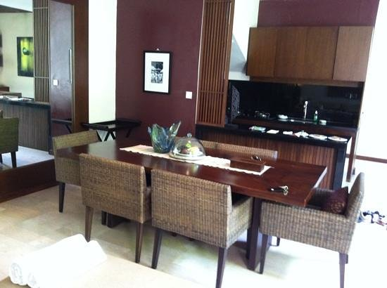 Kanishka Villas: dining and kitchen