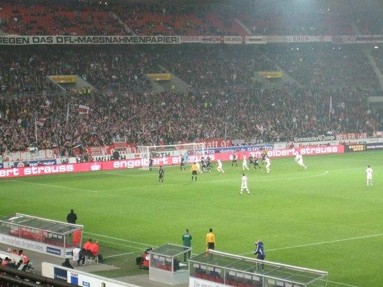 Mercedes Benz Arena: メインスタンドから向かって左がホームサポの席です
