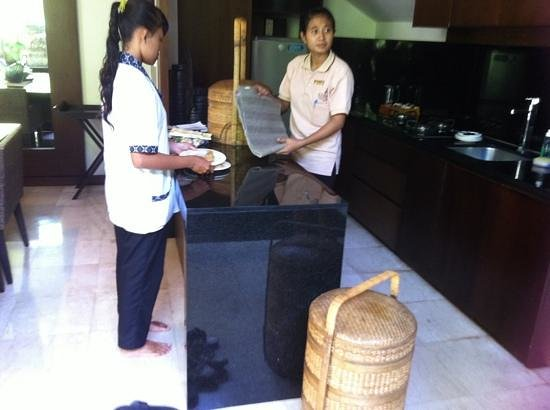 Kanishka Villas: the staff serving breakfast
