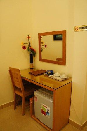 Tulip Hotel: desk in room
