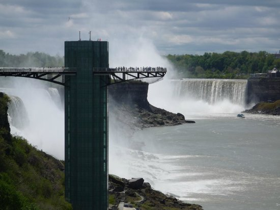 DoubleTree Fallsview Resort & Spa by Hilton - Niagara Falls: Viewing platform from bridge crossing into USA!