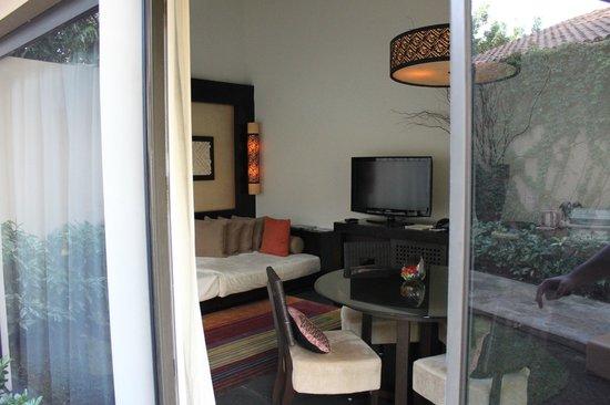 Banyan Tree Mayakoba: Separate living room in courtyard villa