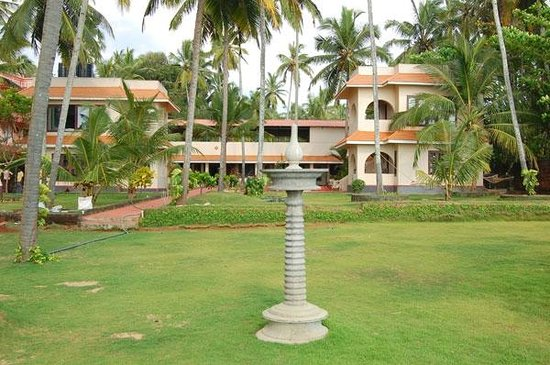 Varkala SeaShore Beach Resort: Lawn - View from beach side