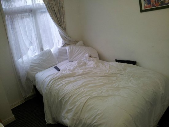 Kensington Court Hotel Notting Hill: Bed with soggy pillows.