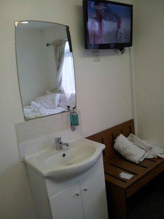 Kensington Court Hotel Notting Hill: Cramped room.
