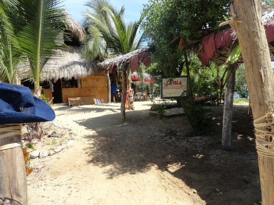 Hostal La Isla : Coming in from the road