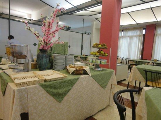 Hotel Ericevalle : Il tavolo al centro della sala colazione