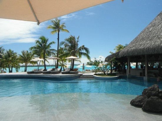 The St. Regis Bora Bora Resort: Pool area with swim-up bar