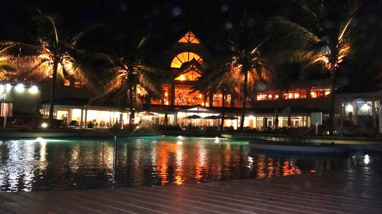 Magdalena Grand Beach & Golf Resort: Pool area at night